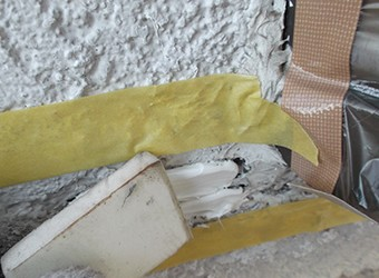 コーキング材を充填し、ヘラで壁面と同一の高さになるよう均します