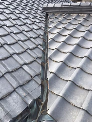 沼津市瓦屋根の雨漏り補修 穴の開いた谷板金交換のご提案