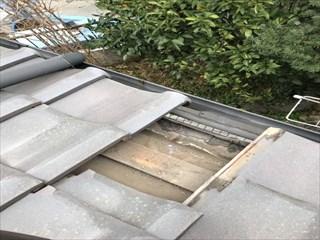 屋根瓦下地