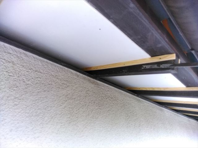 三島市で軒天の大工工事・塗装と霧よけの塗装と重ね葺きです