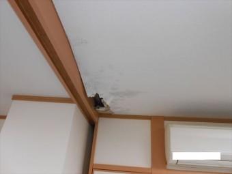 雨漏りの為天井に穴