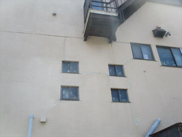 三島市3階鉄骨外壁にクラック