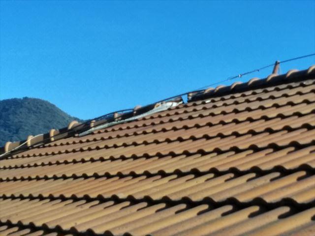 沼津市の2階建てのセメント瓦屋根のお家の棟瓦がズレました。