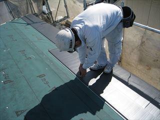 屋根材施工中