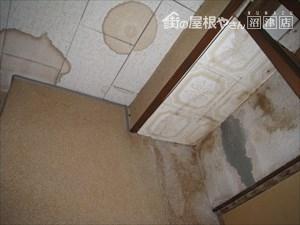 天井雨漏り部分のシミ