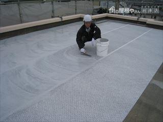 屋上防水塗装作業中