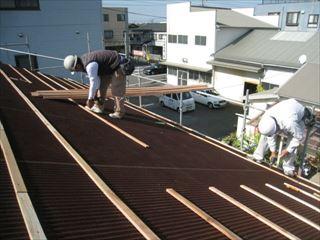 屋根工事作業中