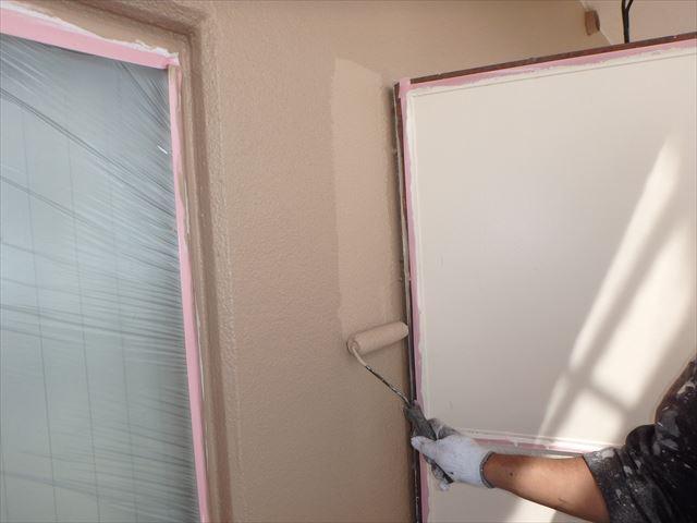 三島のアパートの仕上げの塗装をして行きます。