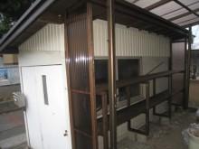 雨に濡れる収納棚部分