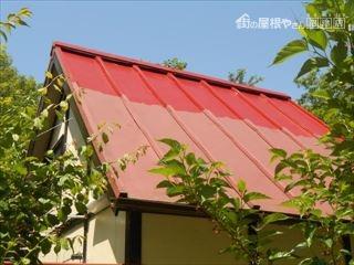 小屋の屋根塗装中