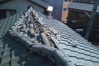 地震で棟瓦が崩れている様子